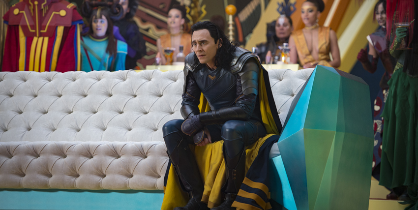Loki seduto su un divano in Thor: Ragnarok - nerdface