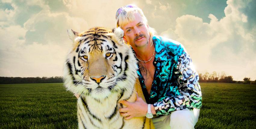il tiger king del documentario, con una camicia improponibile, abbraccia una tigre vera - nerdface