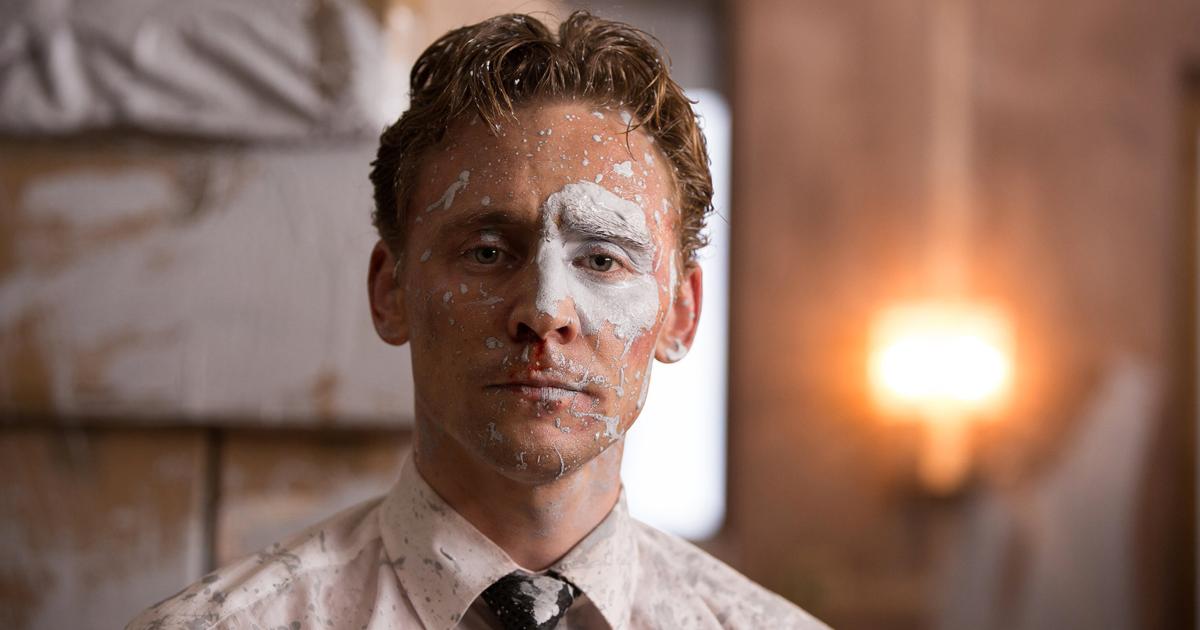 Primo piano di Tom Hiddleston con una macchia di vernice bianca in faccia in High_Rise - nerdface