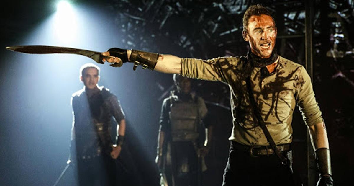 Tom Hiddleston indica la via con una spada in Coriolanus - nerdface