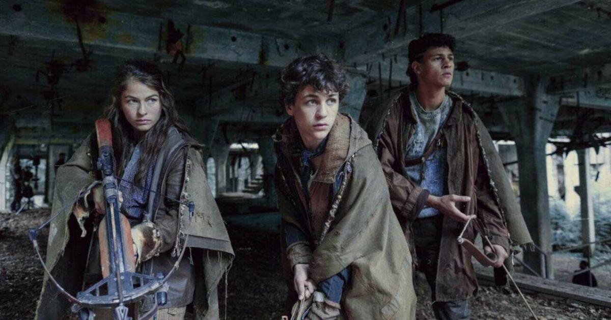 tre giovani armati di balestre e vestiti di stracci aspettano la preda in un edificio abbandonato - nerdface