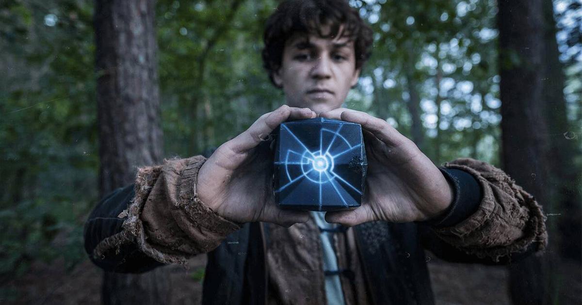uno dei tre fratelli tiene in mano il cubo dai poteri misteriosi - nerdface