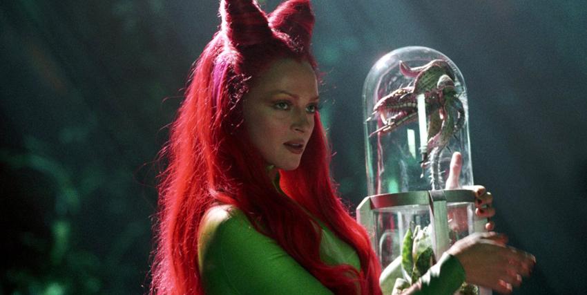 Uma Thurman con una pianta carnivora in mano in Batman e Robin - nerdface