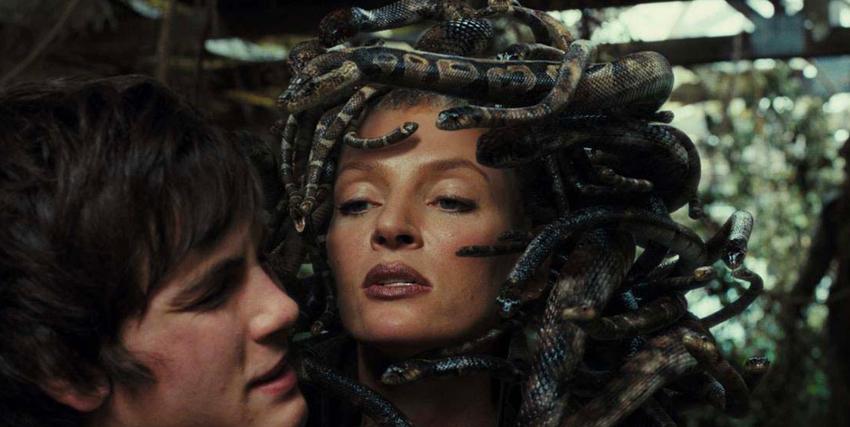 Uma Thurman con indosso una chioma di serpenti in Percy Jackson e gli Dei dell'Olimpo: il Ladro di Fulmini - nerdface