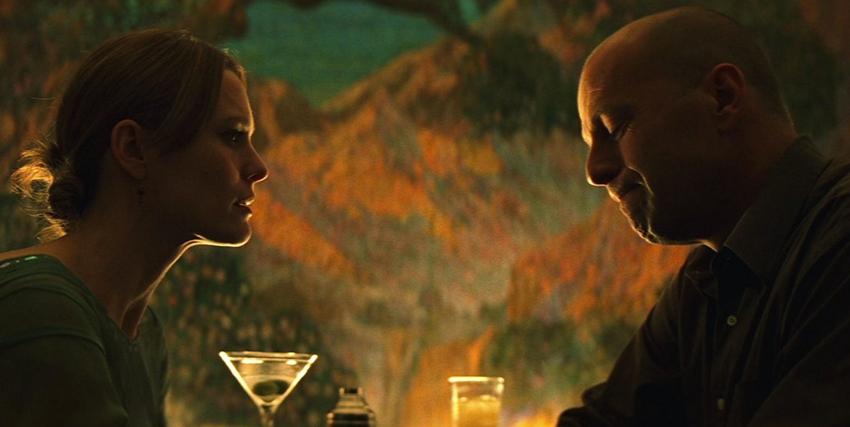 Bruce Willis faccia a faccia con Julianne Moore davanti a due cocktail in Unbreakable - nerdface