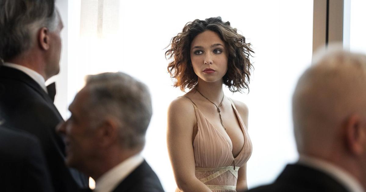 matilda de angelis è bellissima in un vestito stretto, mentre guarda da una parte - nerdface