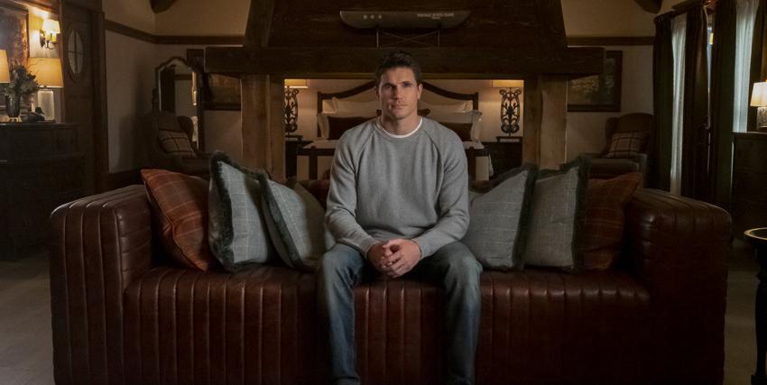 il protagonista è seduto al centro di un divano in pelle - nerdface