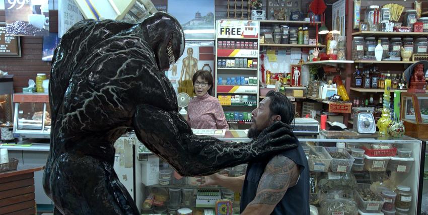 Venom afferra per la gola un criminale - nerdface