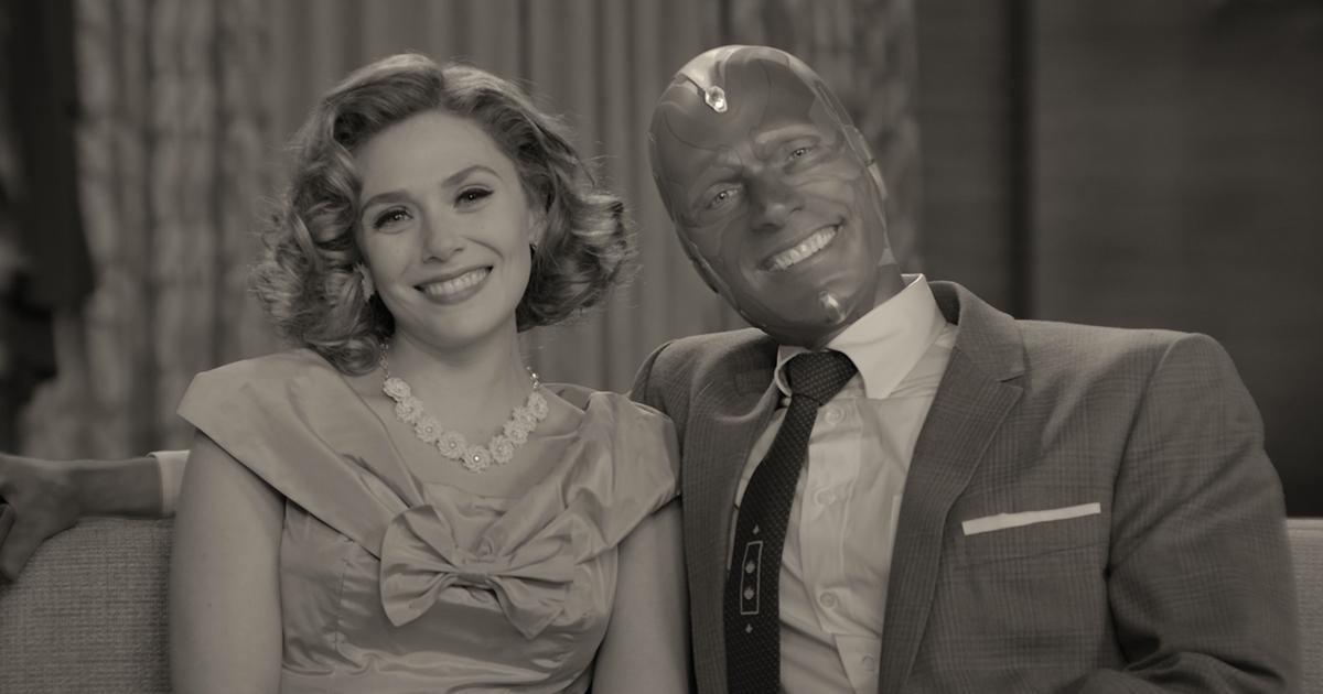scarlet e visione sorridono mentre sono seduti sul divano, in una foto in bianco e nero - nerdface