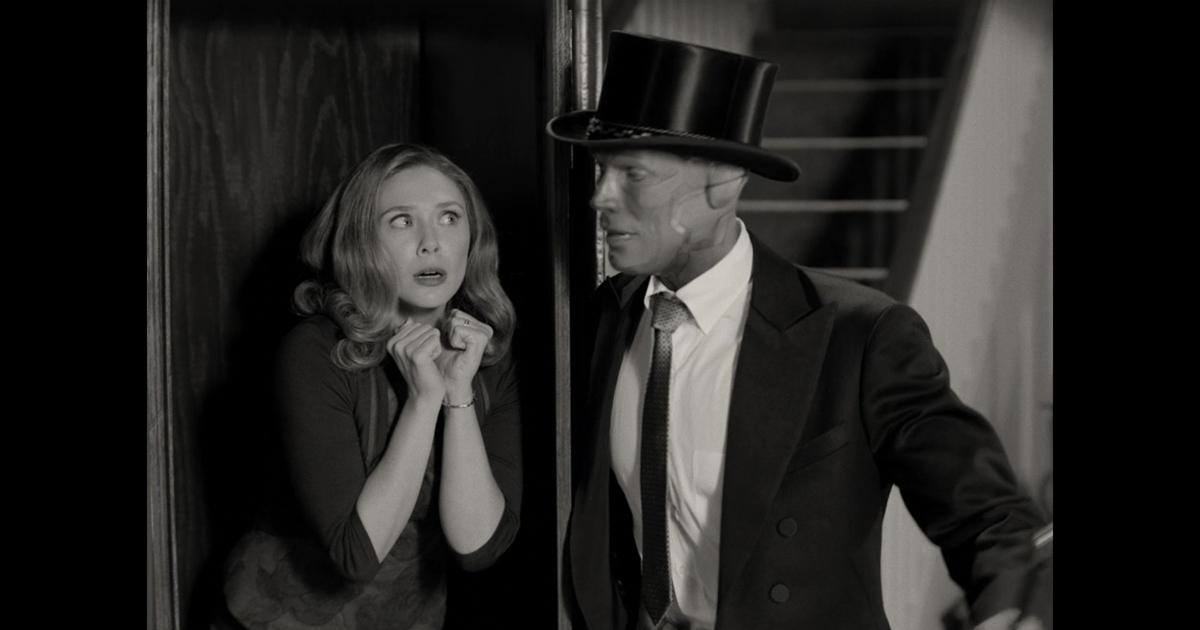 un visione vestito da prestigiatore fa apparire una scarlet dentro una cassa in una foto in bianco e nero - nerdface