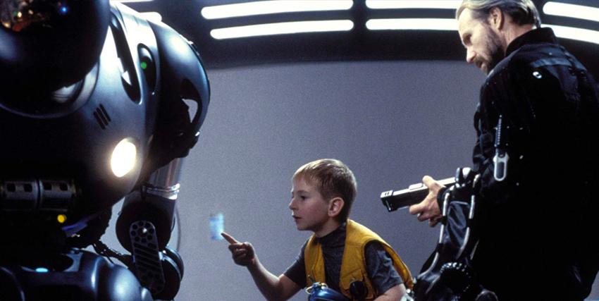 William Hurt visiona un robot insieme a un bambino in A.I.: Intelligenza Artificiale - nerdface