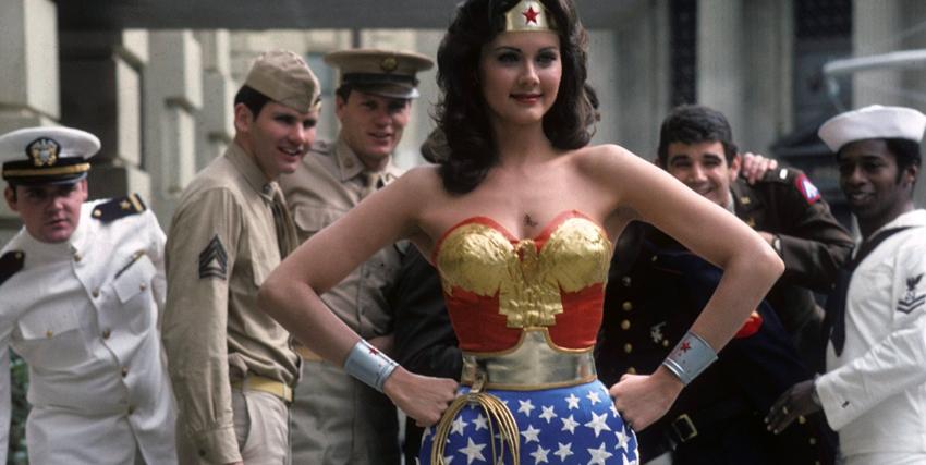 La Wonder Woman di Lynda Carter con sullo sfondo un gruppo di marines - nerdface