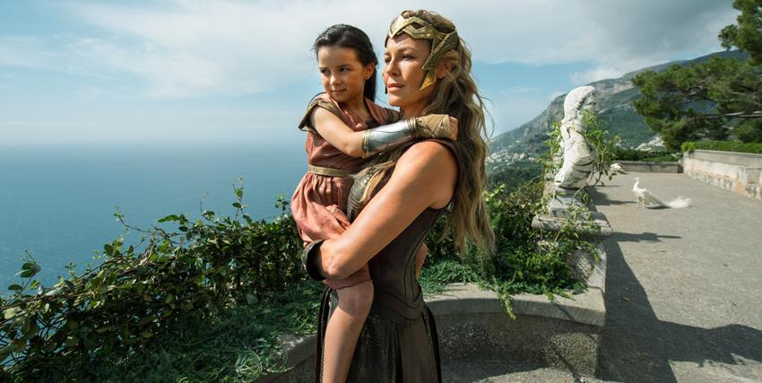 Wonder Woman bambina tra le braccia della madre -nerdface