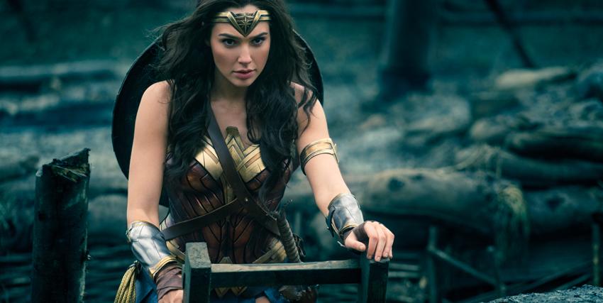 Wonder Woman in cima a una scala - nerdface