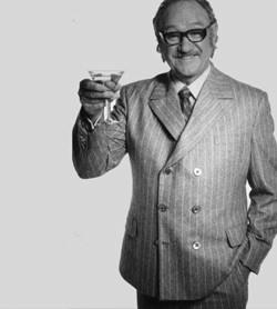 Primo piano di Gene Hackman con un cocktail in mano - nerdface