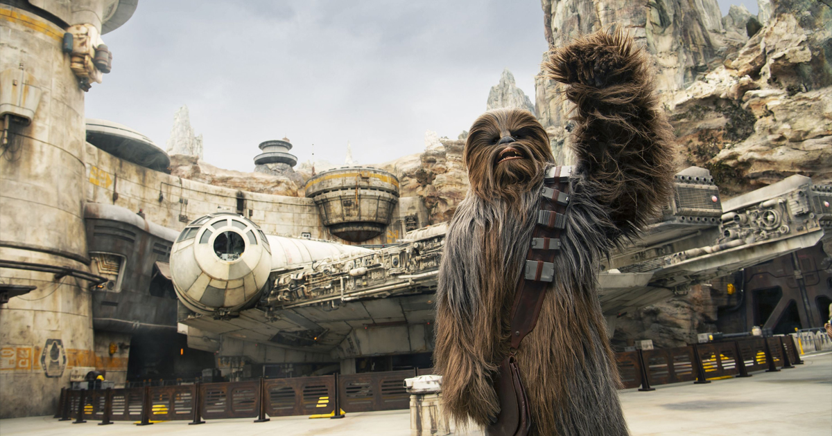 chewbacca saluta i fan davanti il millennium falcon nerdface