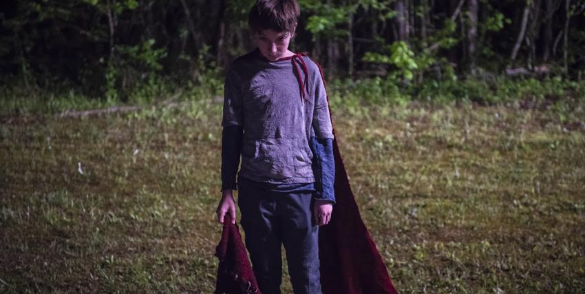il giovane supereroe in solitudine con il suo mantello - nerdface
