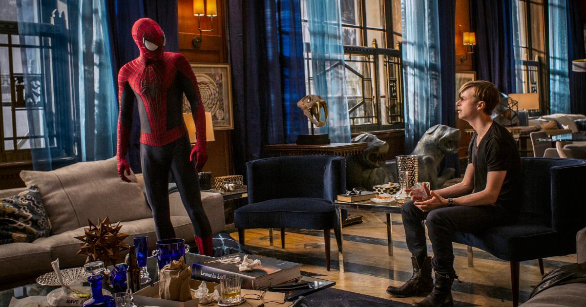 spider-man e un ragazzo sem brano discutere dentro un bel loft in stile newyorchese - nerdface