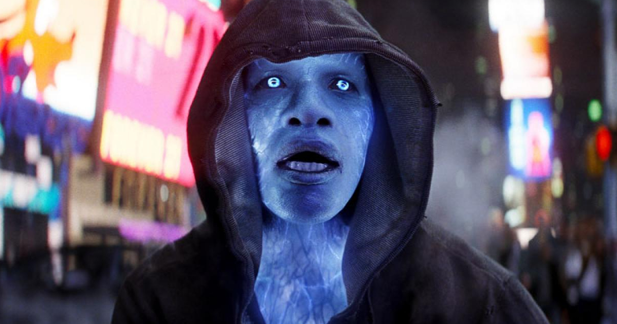 jamie foxx è electro e si aggira per brooklyn incapucciato per nascondere il suo aspetto fluorescente azzurro, effetto dell'elettricità - nerdface