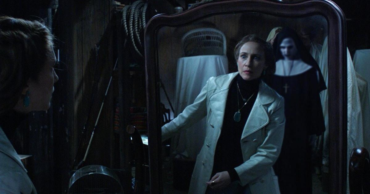 Lorraine nota la suora alle sue spalle attraverso lo specchio davanti a lei