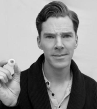 Primo piano di Benedict Cumberbatch mentre tiene in mano un occhio finto - nerdface